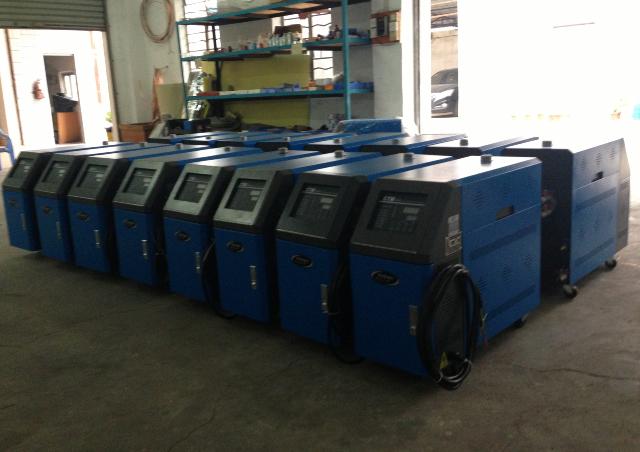 模温机由水箱、加热冷却系统、动力传输系统、液位控制系统以及温度传感器、注入口等器件组成。通常情况下,动力传输系统中的泵使热流体从装有内置加热器和冷却器的水箱中到达模具,再从模具回到水箱;温度传感器测量热流体的温度并把数据传送到控制部分的控制器;控制器调节热流体的温度,从而间接调节模具的温度。如果模温机在生产中,模具的温度超过控制器的设定值,控制器就会打开电磁阀接通进水管,直到热流液的温度,即模具的温度回到设定值。如果模具温度低于设定值,控制器就会打开加热器。      1.